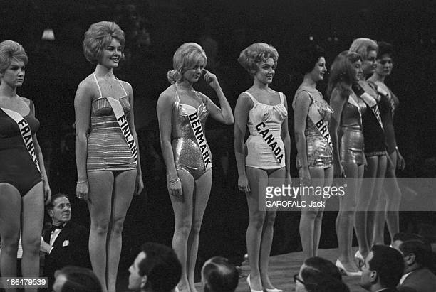 Miss World Contest 1959 In London Londres novembre 1959 concours Miss Univers avec la gagnante Corinne ROTTSCHAFTER Miss Hollande Vue de face de...