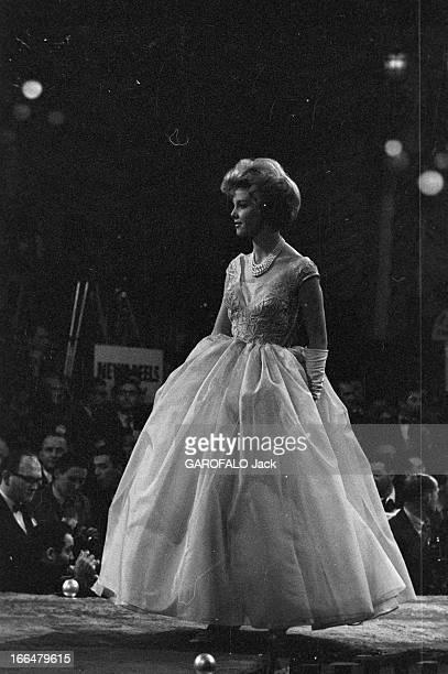 Miss World Contest 1959 In London Londres novembre 1959 concours Miss monde avec la gagnante Corinne ROTTSCHAEFER Miss Hollande La gagnante défile...