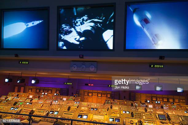 mission control in the apollo/saturn v center. - nasaケネディ宇宙センター ストックフォトと画像