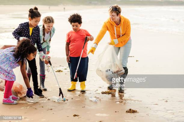 mission of educating and creating awareness about marine debris and plastic pollution - campaigner stock pictures, royalty-free photos & images