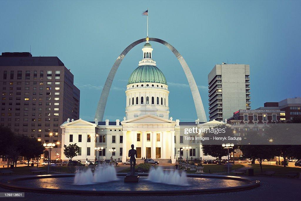 USA, Missouri, St. Louis, Fountain and courthouse at dusk : Photo