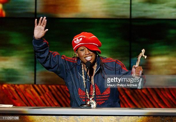 Missy Elliott wins the Soul Train Michael Jackson Award Best RB Soul or Rap Music Video