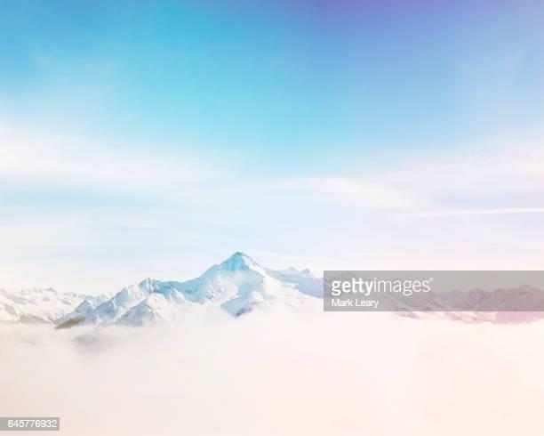 mist drifting between the austrian mountain range of mayrhofen - 北チロル ストックフォトと画像