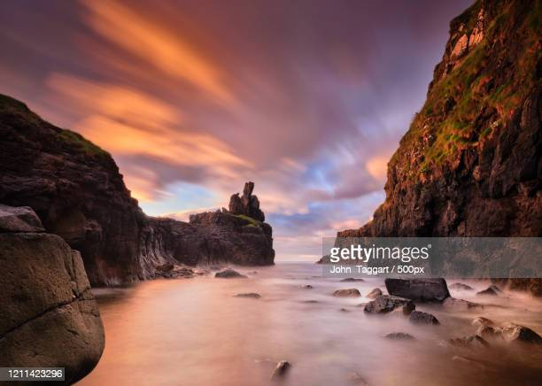 mist over rocks, giants causeway, northern ireland, uk - county antrim stock pictures, royalty-free photos & images