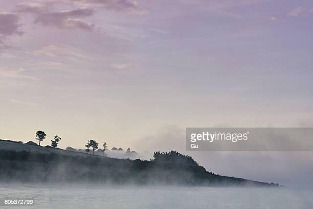 mist over wimbleball lake at dawn, exmoor, somerset, england - exmoor national park - fotografias e filmes do acervo