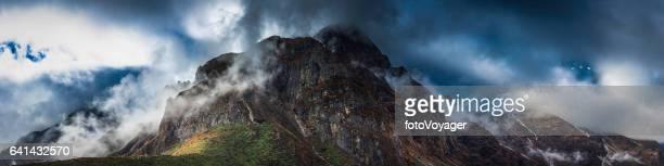 Montañas envueltos tormenta Himalaya Nepal de panorama del claro de la niebla