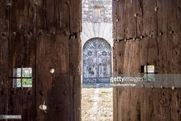 mistery at the other side of the doors - opening doors - miguelangelortega fotografías e imágenes de stock