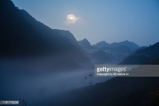 mistery morning with fog river flow through ravine in ha giang (hagiang), vietnam - mistery foto e immagini stock