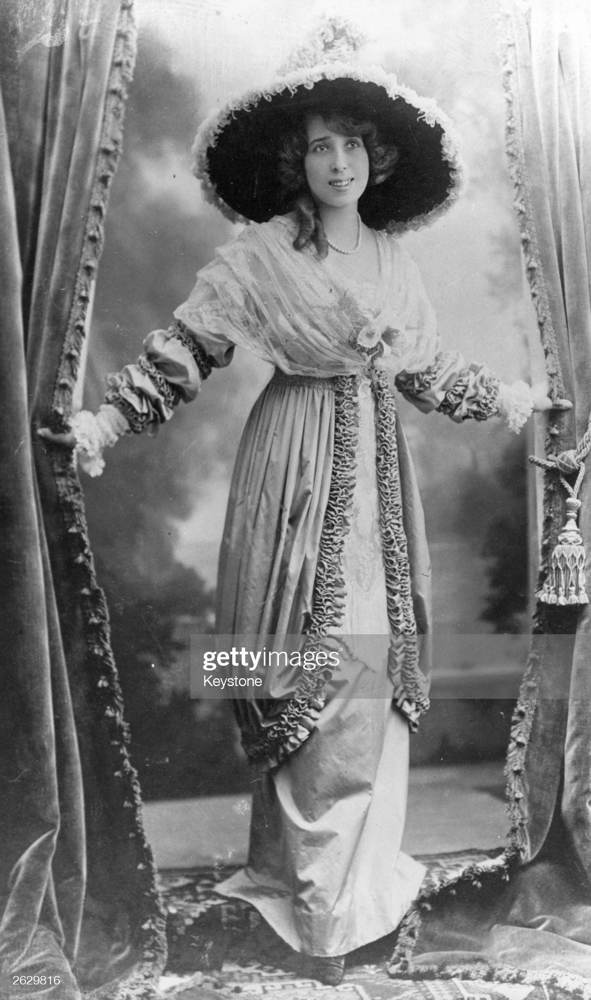 Ca s'est passé en mai ! Mistinguett-stage-name-of-french-dancer-singer-and-actress-jeanne-picture-id2629816?s=2048x2048