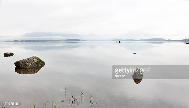 misty aube de balmaha - theasis photos et images de collection