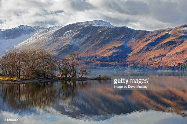misty lake and mountain - derwent water - fotografias e filmes do acervo