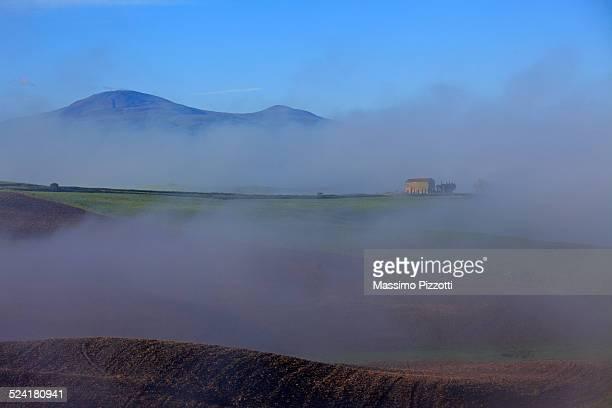 misty landscape in val d'orcia - massimo pizzotti foto e immagini stock