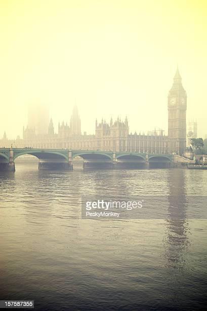 misty london big ben und houses of parliament - fluss themse stock-fotos und bilder