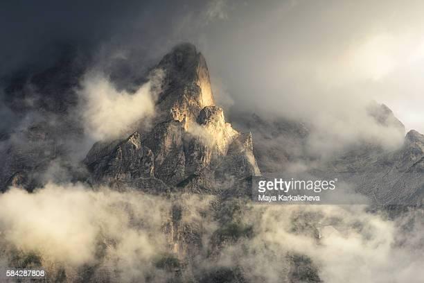 misty peak, croda del becco, dolomites - ベッルーノ ストックフォトと画像