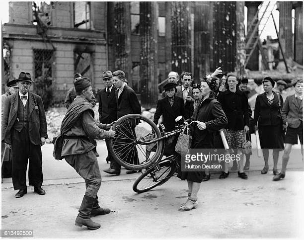 A misunderstanding ensues after a Russian soldier tries to buy a bucycle from a German woman in Berlin After giving her money for the bike the...