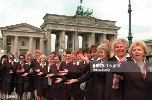 """Mit ausgestreckten Armen weisen am 26.6.96 mehrere Fremdenführerinnen auf die Sehenswürdigkeiten Berlins hin. Die sogenannten """"Social-Cops"""" stehen..."""