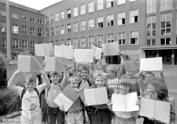 Die Schule ist aus am mit Beginn der Schulferien zeigen Schüler der 45 Oberschule Klement Gottwald vor dem grauen Schulgebäude ihre letzten...