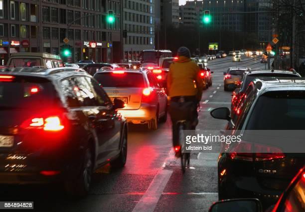 Mit dem Rad durch den dichten Verkehr Hier am Anfang der Leipziger Str In der Daemmerung sind farbige Kleidung eine gute Kennung