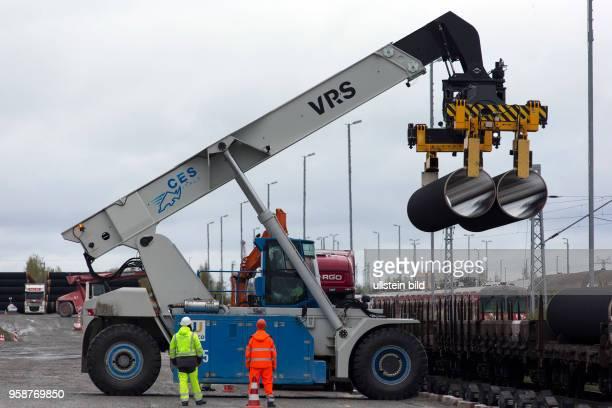 Mit dem ReachStacker werden die Rohre fuer die Nord Stream2Pipeline im Faehrhafen SassnitzMukran entladen Auf der Insel Ruegen werden die Stahlrohre...