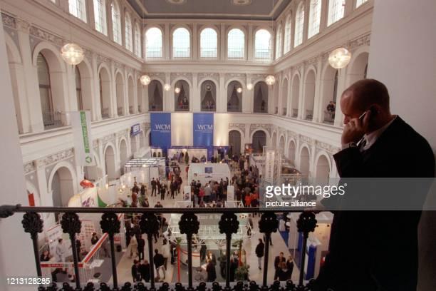 Mit dem Telefon am Ohr betrachtet ein Besucher des 4. Hamburger Börsentages am das Geschehen von der Galerie aus. Mit 6200 Besuchern wurde die...