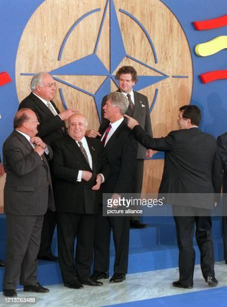 Mit den Fingern zeigen Bundeskanzler Helmut Kohl und der italienische Ministerpräsident Romano Prodi am 871997 bei der Aufstellung zum Familienbild...