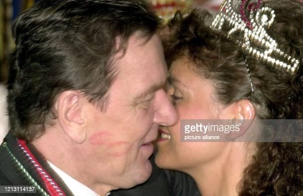 """Mit den Lippenstift-Spuren der vorhergegangen """"Bützchen"""" versehen, küsst Bundeskanzler Gerhard Schröder am 1.3.2000 bein Karnevalsempfang im Bonner..."""