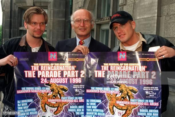 """Mit den Musikern Daniel den Ham und McTac von der Gruppe """"Paraphonetics"""" zeigt sich Hannovers Oberbürgermeister Herbert Schmalstieg am 26.7.1996 in..."""