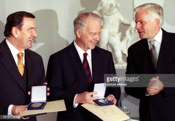 Mit der Niedersächsischen Landesmedaille werden die ehemaligen Ministerpräsidenten Ernst Albrecht und Gerhard Schröder am bei dem Empfang im...