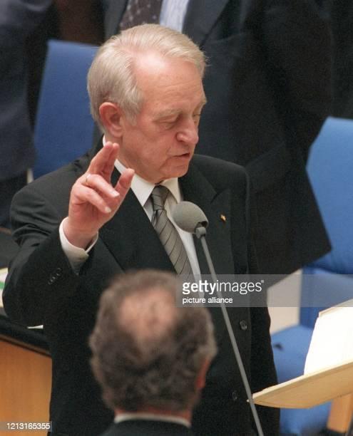 Mit der religiösen Formel «So wahr mir Gott helfe» legt Johannes Rau am 1.7.1999 im Bonner Bundestag seinen Amtseid als neuer Bundespräsident ab. In...