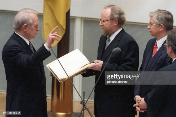 Mit der religiösen Formel «So wahr mir Gott helfe» legt Johannes Rau am 1.7.1999 im Bonner Bundestag seinen Amtseid vor Bundestagspräsident Wolfgang...