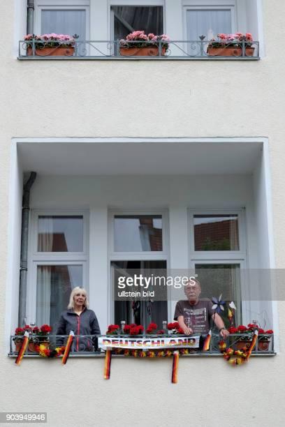 Mit Deutschlandfahnen geschmückter Balkon eines Wohnhauses in BerlinPrenzlauer Berg anlässlich der FußballEuropameisterschaft 2016
