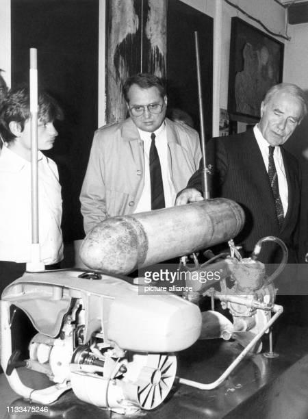 Mit diesem MiniUBoot gelang 1968 einem DDRBürger die Flucht über die Ostsee Dieses Exponat ist Teil einer Ausstellung der Arbeitsgemeinschaft 13...