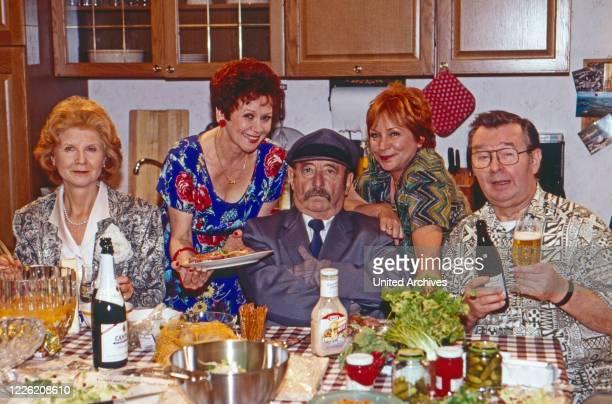 Mit einem Bein im Grab Fernsehserie Deutschland 1996 1998 Folge Rette sich wer kann Darsteller Irm Hermann Lotti Krekel Heinz Schubert Brigitte...