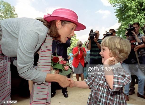 Mit einem Blumenstrauß begrüßt die dreijährige Pauline Dänemarks Prinzessin Alexandra am 13.6.2000 zur Eröffnung der Ausstellung über das Werk des...