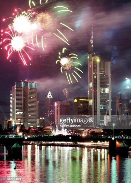 Mit einem Feuerwerk wird die Frankfurter Skyline am 591998 während des WolkenkratzerFestivals ins rechte Licht gerückt Zum zweiten Mal konnten in der...