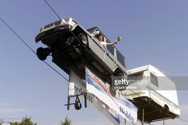 Mit einem Geländewagen zieht Johann Traber Mitglied der HochseilArtistenfamilie Traber am 2992000 beim Fototermin zur Messe CaravanSalon in...