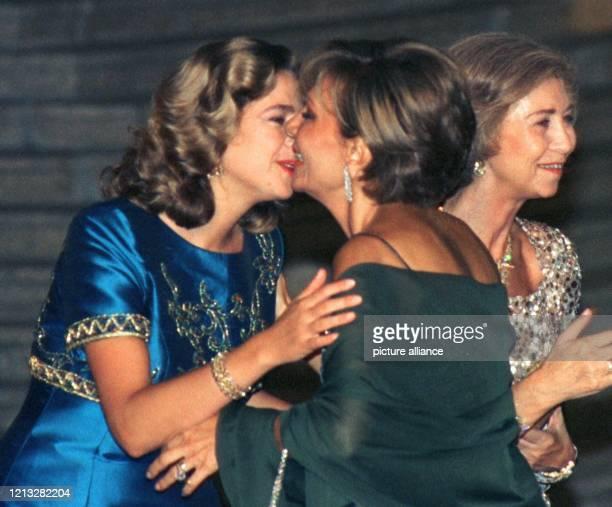 Mit einem Kuß begrüßt Infantin Cristina die im Exil lebende persische Kaiserin Farah Diba am Abend des 3.10.1997 auf einem Empfang vor dem...