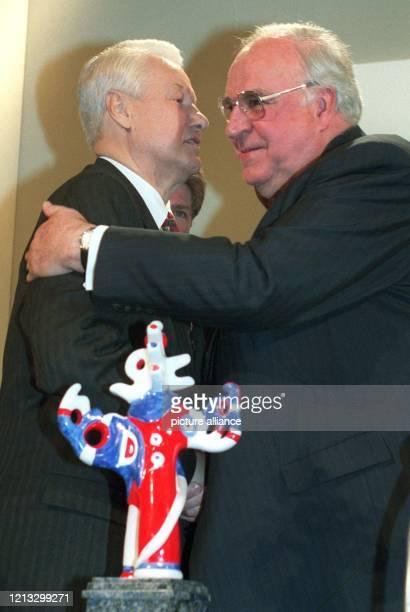 Mit einem Kuß und einer Umarmung gratuliert Bundeskanzler Helmut Kohl am 17.4.1997 in Baden-Baden dem russischen Präsidenten Boris Jelzin zu dessen...