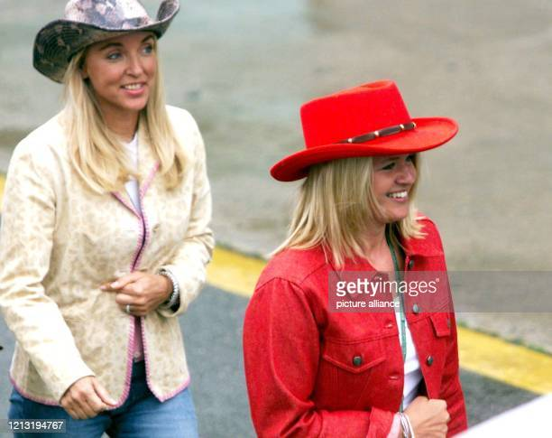 Mit einem roten Cowboyhut auf dem Kopf geht Corinna Schumacher am 18.6.2000 zusammen mit einer Freundin nach dem Großen Preis von Kanada in Montreal...