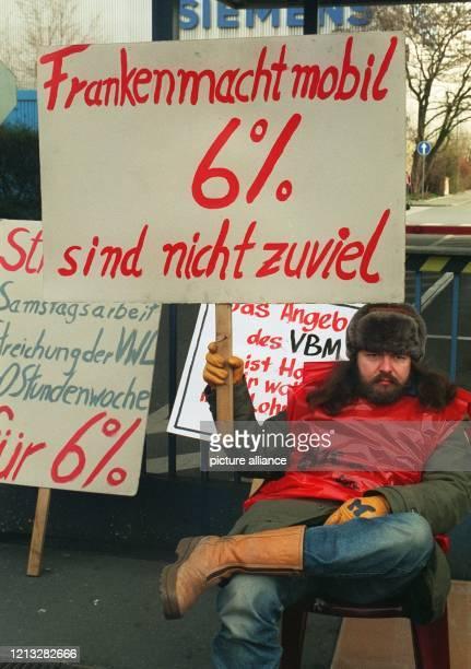 Mit einem Transparent sitzt dieser Streikposten vor dem SiemensWerk Allein in Nürnberg waren mit Beginn der Frühschicht über 5000 Metaller in neun...