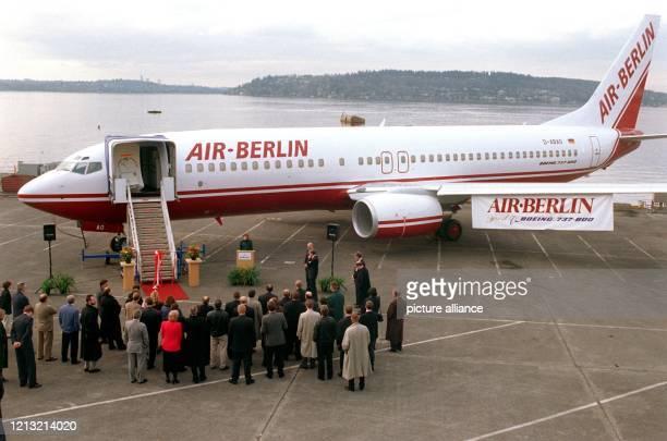 Mit einer kleinen Feierstunde wird am 1 April 1998 auf dem Gelände der Boeingwerke in Routon bei Seattle eine B 737800 an die Fluggesellschaft Air...