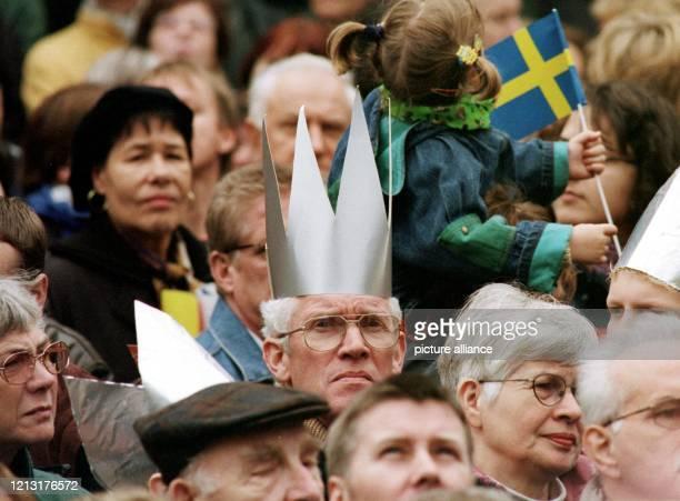 Mit einer Pappkrone auf dem Kopf verfolgt ein Zuschauer am in der Innenstadt von Osnabrück die Ankunft der echten gekrönten Häupter Der Besuch von...