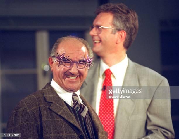 Mit einer Ulkbrille auf der Nase freut sich Moderator Alfred Biolek am 791994 in Köln über die Glückwünsche seines Kollegen Harald Schmidt zum...
