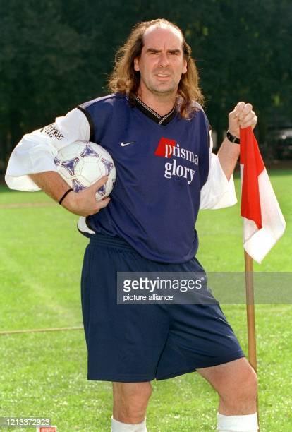 """Mit entschlossener Miene steht Schlagersänger Guildo Horn am 4.9.1999 beim Fußballturnier um den """"Deutschen Medien Cup"""" in Köln am Spielfeldrand. Zum..."""