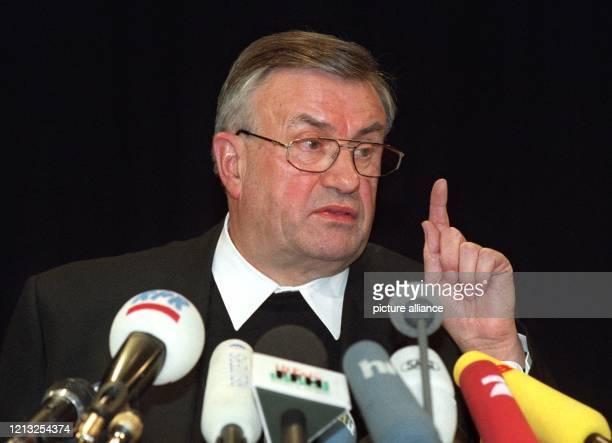 Mit erhobenem Zeigefinger erläutert der Vorsitzende der Deutschen Bischofskonferenz, Karl Lehmann am 27.1.1998 auf einer Pressekonfernz in Mainz die...