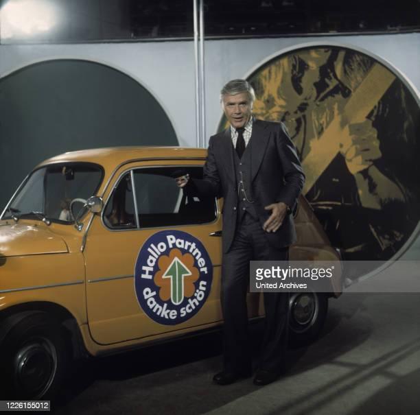 FUCHSBERGER mit Fiat 500 Moderator der Verkehrssendereihe im ZDF Hand aufs Herz 1975