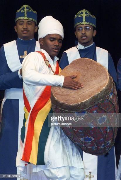 Mit Fürbitten und Gebeten eröffnen Anhänger der Äthiopischen Orthodoxen Kirche am auf der Plaza-Bühne des Weltausstellungsgeländes in Hannover das...