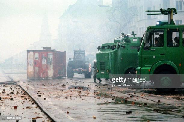 Mit gepanzerten Einsatzwagen und Wasserwerfern drang die Polizei in den frühen Morgenstunden in die verbarrikadierte Mainzer Straße ein. Mit neuen...