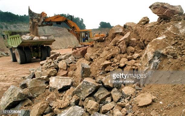 Mit großen Baggern und schweren Muldenkippern werden am 27Juli 1998 in den Steinbrüchen der Heidelberger Zement AG bei Dorste im Südharz Teile des...