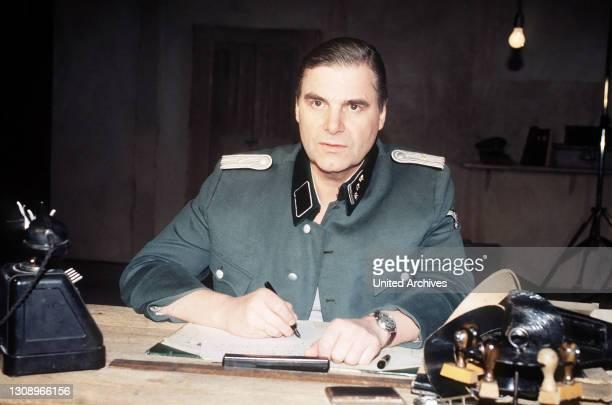 Mit historischem Film- und Fotomaterial aus der Nazizeit sowie nachgestellten Aussagen der damals Beteiligten zeichnet Karl Fruchtmann ein...
